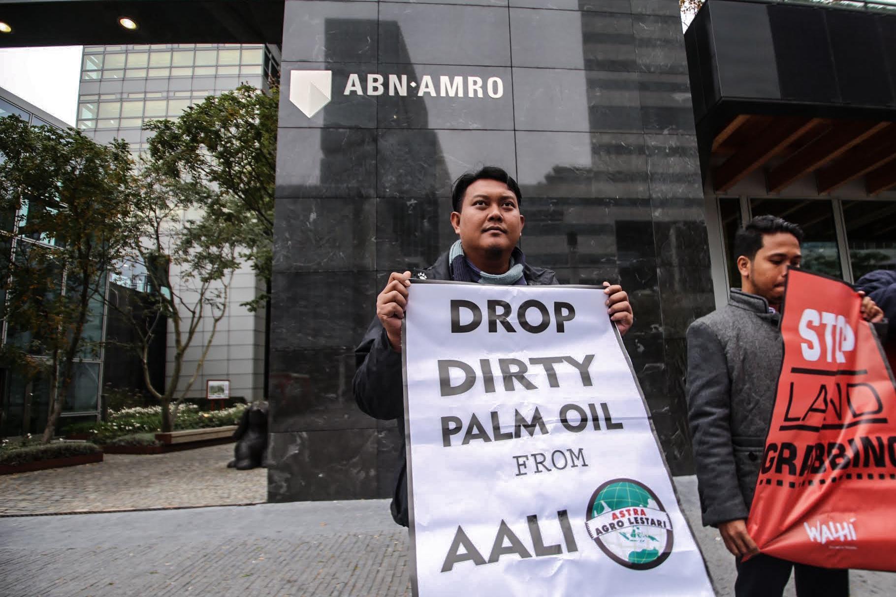 Liberiaanse en Indonesische palmoliegedupeerden halen verhaal bij ABN AMRO