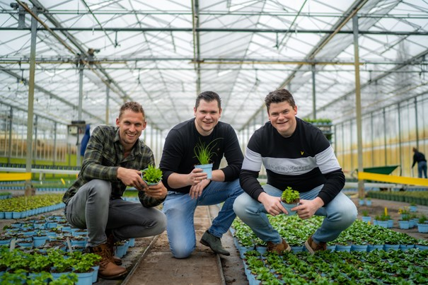 Drie jonge ondernemers ontwikkelen met crowdfunding een kruidentoren om verspilling tegen te gaan
